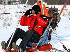 SKIROGALO. Ronovští vodáci odstrojili křídlo z motorového rogala a pod kolečka namontovali lyže.