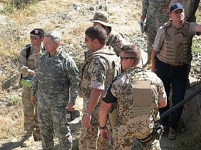 generál John Craddock a velvyslanec stálé delegace ČR při NATO v Bruselu Štefan Füle při patrole.