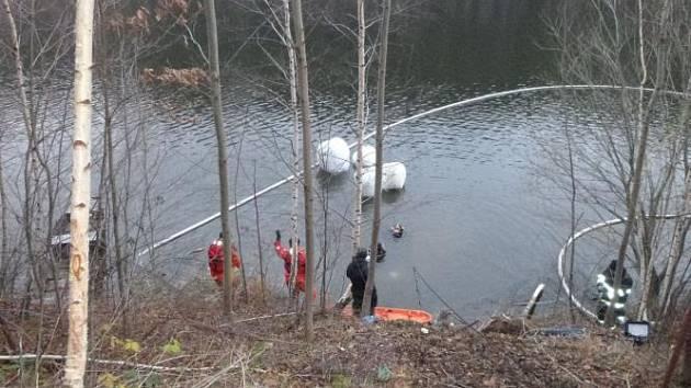 Potopené vozidlo i s pohřešovanou osobou vytáhli z pod hladiny Křižanovické přehrady až hasiči.