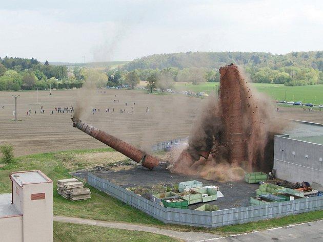 V Heřmanově Městci byl krátce před pravým polednem odstřelen nepoužívaný teplárenský komín.