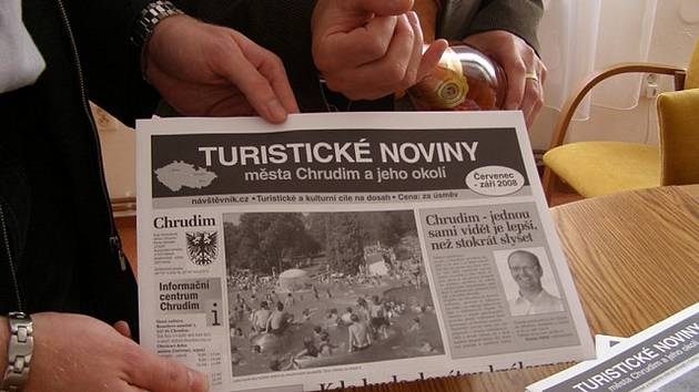 """Na titulní straně nového propagačního materiálu je místostarosta Chrudimě Roman Málek, který je odpovědný za rozvoj turistického ruchu a tyto noviny jsou jeho """"dítětem""""."""