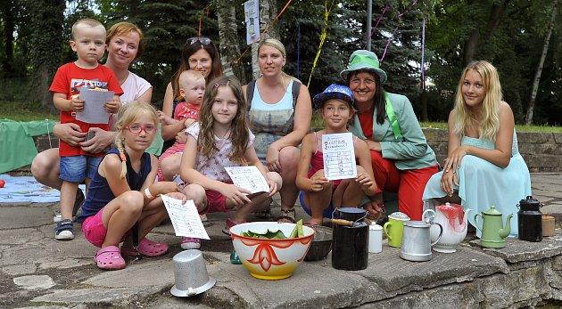 Vodníci, dušičky a dětičky v chrudimském parku.