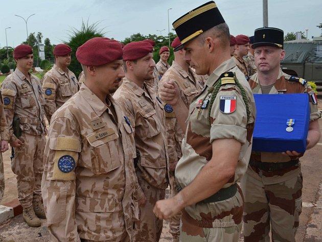 Na velitelství výcvikové mise Evropské unie v hlavním městě Mali Bamaku obdrželo 34 českých vojáků vyznamenání za službu v misi.