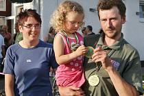 Michala Tichého ze Slatiňan uvítala po příjezdu jeho manželka a dcera Eliška, které se tatínkova zlatá medaile očividně moc líbila.