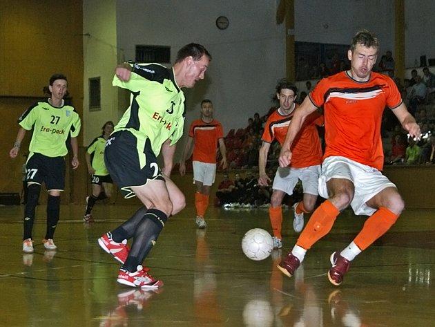 Futsalisté mistrovského Era-Packu Chrudim. Po porážce 1:4 v úvodním zápase nutně potřebovali vyhrát, aby si před dvěma zápasy v Mladé Boleslavi vylepšili výchozí pozici. A po velmi dramatickém průběhu se jim to podařilo.