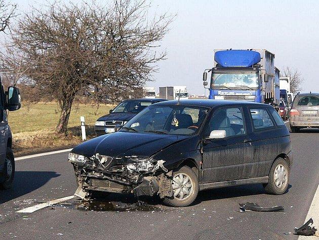 Srážka Fiatu a Alfy Romeo mezi Chrudimí a Medlešicemi 7. února 2011 se naštěstí obešla bez zranění.