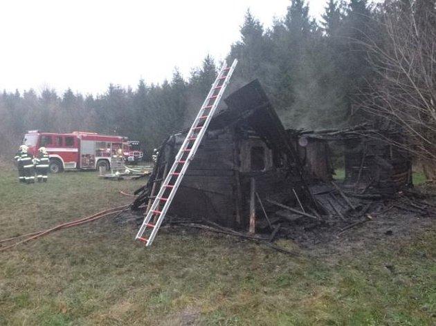 Požár zničil dvě dřevěné chaty za Lovětínským rybníkem