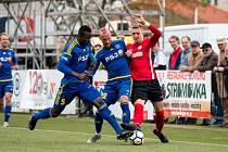Rozhodne znovu?  Daniel Vašulín (v červeném) loni na jaře rozsekl přestřelku s Jihlavou gólem v nastaveném čase.