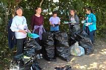 Dobrovolníci nasbírali sedmnáct pytlů odpadků