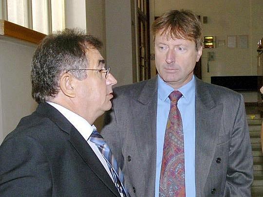Stovky lidí měl podle verdiktu hradeckého soudu připravit podnikatel Pavel Dvořák (vpravo) o celoživotní úspory. Dostal pět let.