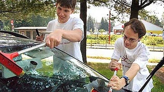 Peníze za umytí čelního skla pomohou nemocným.