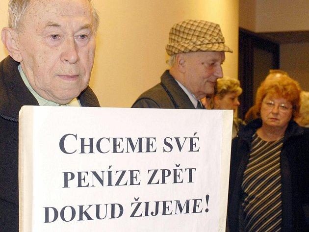 Podvedení klienti chrudimské společnosti Progres Invest v září roku 2006 na chodbě Krajského soudu v Hradci Králové při dlouhém projednávání případu půlmiliardového podvodu.