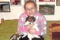 Dvanáctiletá Sofie Chvojková zachránila štěně křížence přímo z Chrudimky.