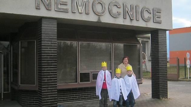 Do chrudimské nemocnice zavítali tříkráloví koledníci ze malotřídky ve Stolanech.