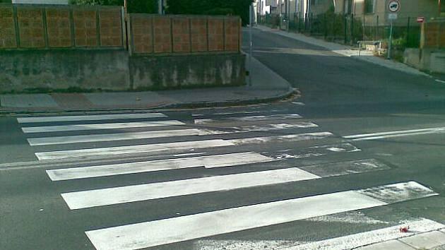 Přechod pro chodce v Topolské ulici se poněkud nevydařil.