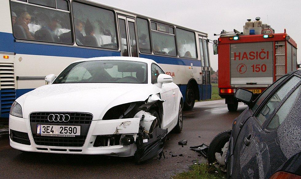 Srážka audi a VW na Chrudimsku se naštěstí obešla bez zranění osob. Řidič vozidla audi vjel do protisměru a narazil do vozu VW. Škoda je odhadnuta na 200 tisíc korun.