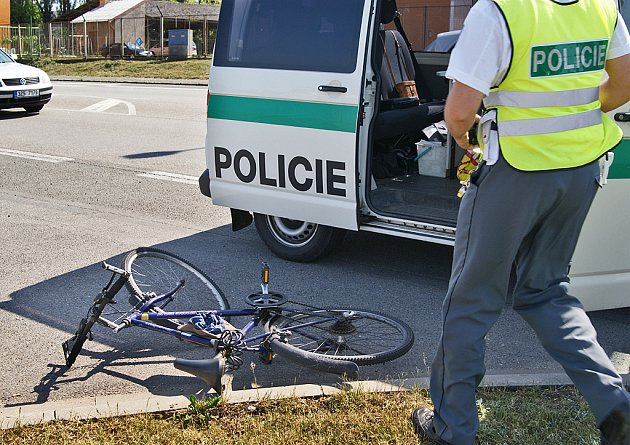 Cyklista se při nehodě těžce zranil.
