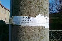 Upozornění ČEZu o vypínání elektrického proudu smazal nenávrátně vítr a déšť. Snímek z Rosic.