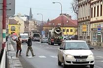 """VZDÁLENOST STOŽÁRŮ v Palackého ulici odpovídá nynějším svítidlům, o husté """"lampořadí"""" LEDek město nestojí."""