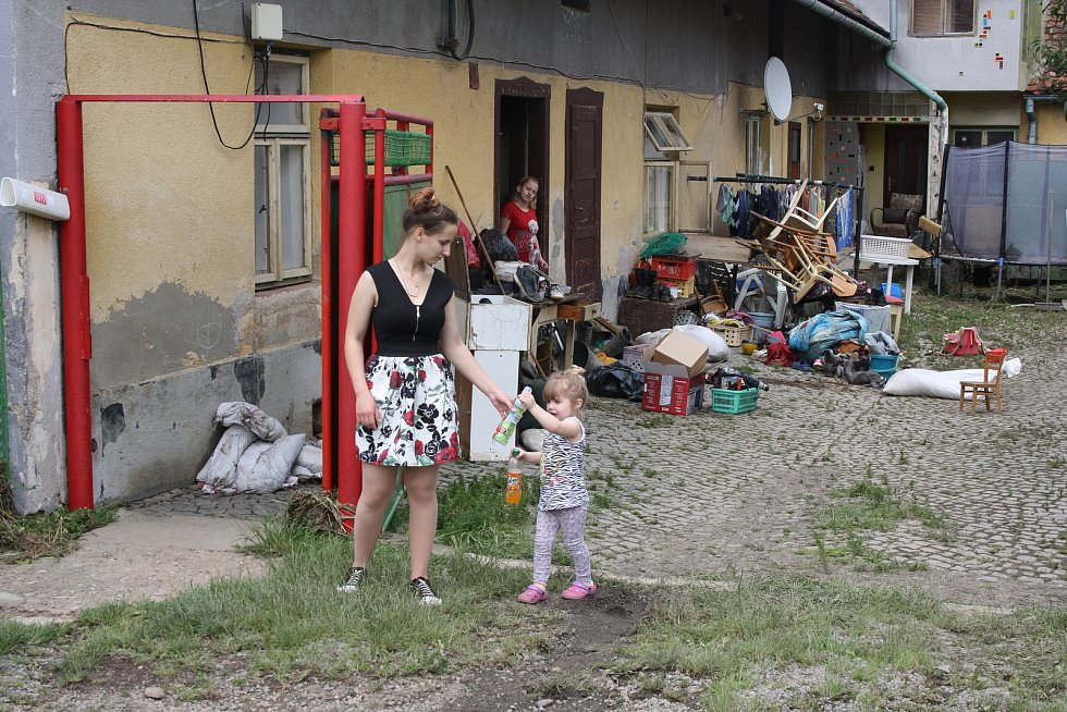 Lidé v Morašicích vyklízejí a suší domy. Na tomto dvoře dosáhla hladina půl druhého metru