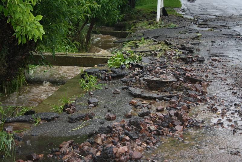 Roztrhaná silnice v Libkově