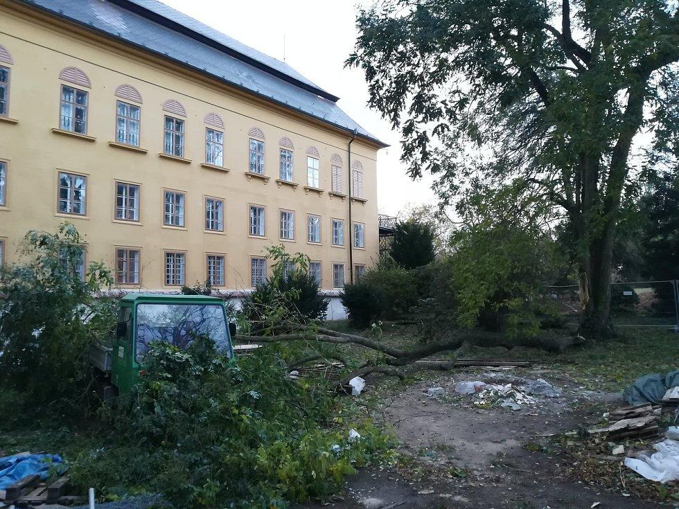 Následky řádění větru ve Slatiňanech.