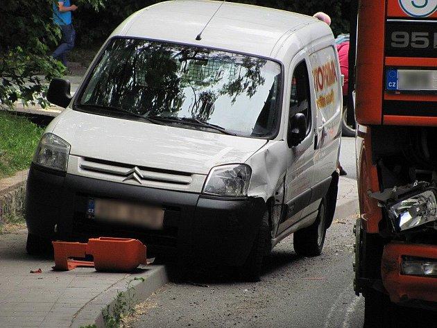 Srážka automobilu a náklaďáku v Čáslavské ulici v Chrudimi 1. června kolem půl čtvrté.