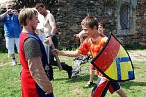 Táborníci z Citkova si na Lichnici s chutí vyzkoušeli, jak je romantické bojovat s rytířem.