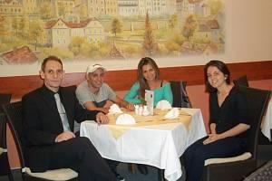 Brazilec Cacau na pozvání ředitele Hotelové školy Bohemia a sportovní Střední školy Bohemia v Chrudimi Jaromíra Peciny s manželkou a dcerou navštívil obě chrudimské soukromé střední školy.