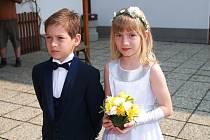 SVATEBNÍ DEN. I přes datum 1. května se náměstí v Třemošnici hemžilo svatebčany.