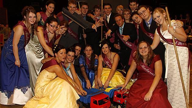 Maturitní ples hlineckých gymnazistů hostil netradičně Kulturní dům ve Skutči.
