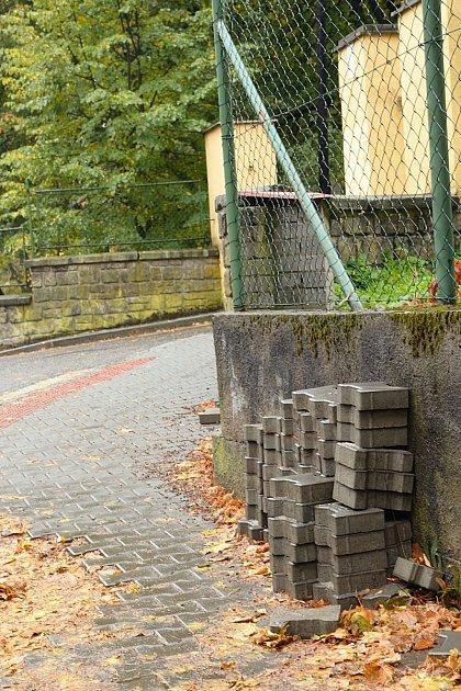 Chodník vOlbrachtově ulici je opravený jen zpoloviny.