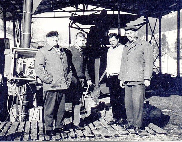 Tehdejší mladík Oldřich Říha stojí na snímku zcela vpravo.