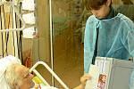 Navzdory pobytu v chrudimské nemocnici se pacient Jaroslav Pochobradský rozhodl volit. Členové volební komise jej navštívili i s urnou, do které vhodil obě obálky.