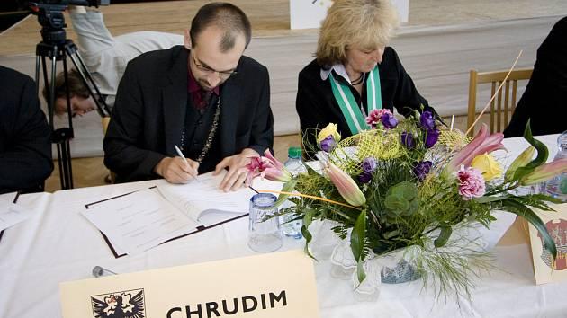 Starosta Chrudimi Jan Čechlovský podepisuje smlouvu.