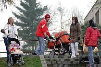 Schody spojující Moravskou a Slezskou ulici v Chrudimi jsou velmi frekventovanou spojnicí, kterou využívají matky s kočárky, senioři i invalidé. Schody jsou velmi atypické, jak říkají místní, na jeden a půl kroku.
