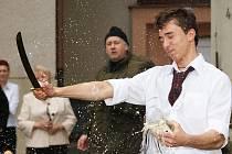STUDENTI Hotelové školy Bohemia v Chrudimi mohli absolvovat sommeliérský kurs. Kromě znalostí o víně, působivého výkladu lektora, ochutnávek  a dovedností, které k oboru patří, si v  praxi vyzkoušeli i atraktivní disciplínu sekání sektu šavlí,
