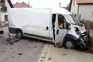 Nákladní automobil převážející maso skončil po nehodě na boku.