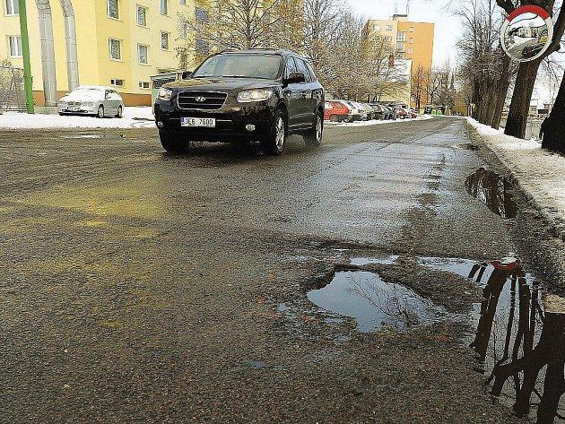 Silnice a chodníky nejen v Chrudimi připomínají po zimě tankodrom.