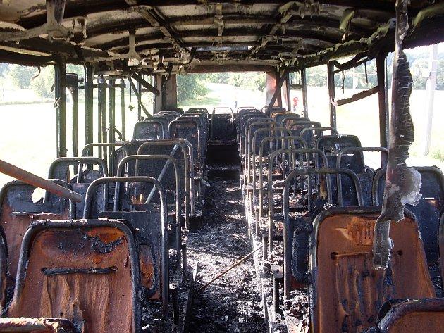 Cestou na dětský tábor začal hořet autobus.