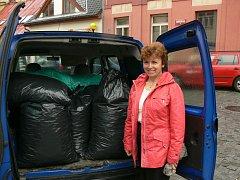 Učitelka Základní školy Ronov nad Doubravou Marie Kořínková přivezla dvanáct pytlů plastových víček.
