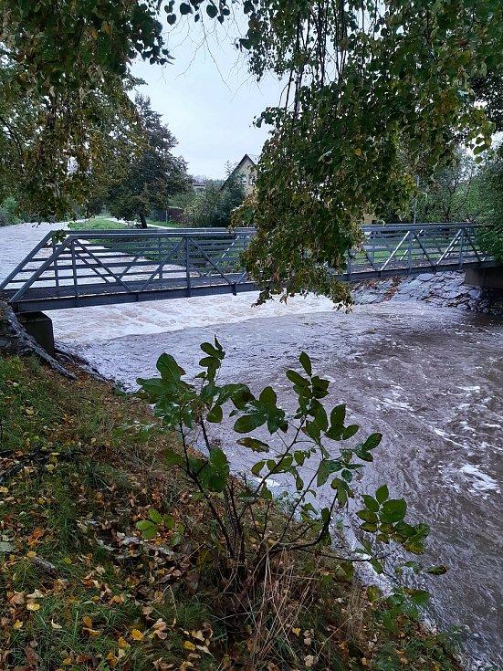 Zlatý potok v Třemošnici se proměnil v rozbouřenou řeku.