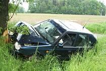 Mladý řidič Škody Felicie nezvládl mírnou levotočivou zatáčku.
