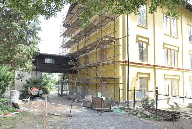 Betonová obluda nepřežila, avšak zámek stále vítá návštěvníky.
