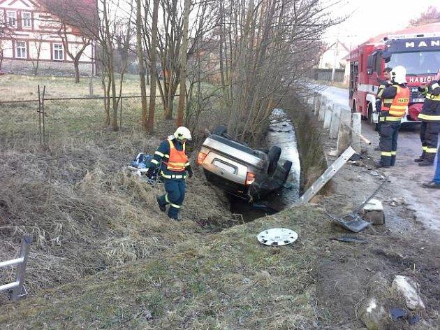 Řidič s vozem skončil ve vodním toku. Hrozivě vypadající nehoda se naštěstí obešla bez zranění
