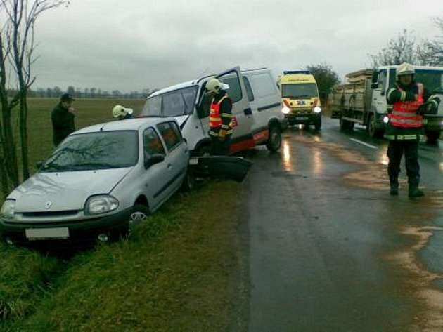 Na silnici mezi Holetínem a Hlinskem došlo v úterý 26. října ke srážce dodávky a osobního automobilu. Řidič osobního auta utrpěl zranění.