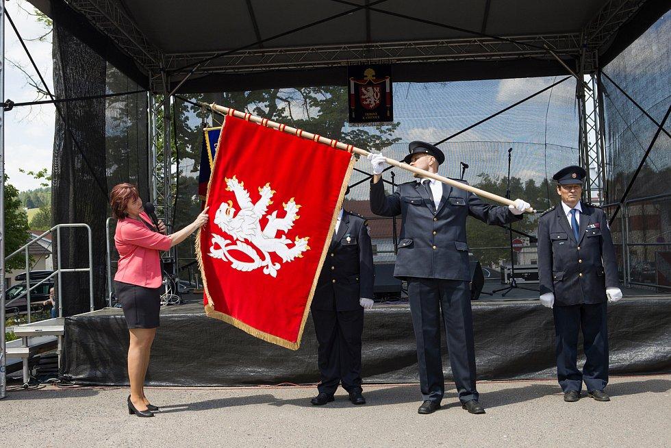 Nová vlajka Trhové Kamenice s dvouocasým lvem se dočkala požehnání.