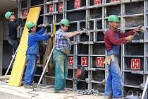 Firma Dřevovovýroba Ficek už buduje v průmyslové zóně.