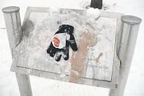 Při procházce chrudimským sídlištěm lze vidět rozbité lavičky i vypáčenou schránku důvěry.