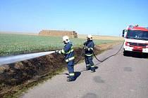 Chrudimští profesionální hasiči zasahovali u požáru suché trávy podél silnice u obce Trojovice